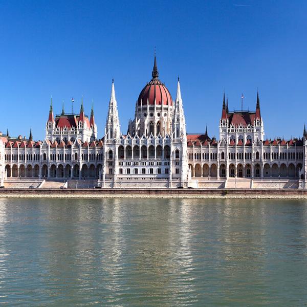 Посетить Будапешт, столицу Венгрии, здание венгерского парламента и другие памятники архитектуры